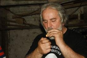 miotto-fumando-tamabo-en-cuerda-enrolado-en-choclo