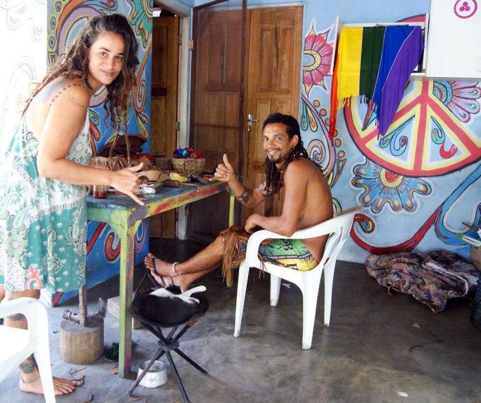 Rogeio-y-Rebeca-trabajando-el-cuero