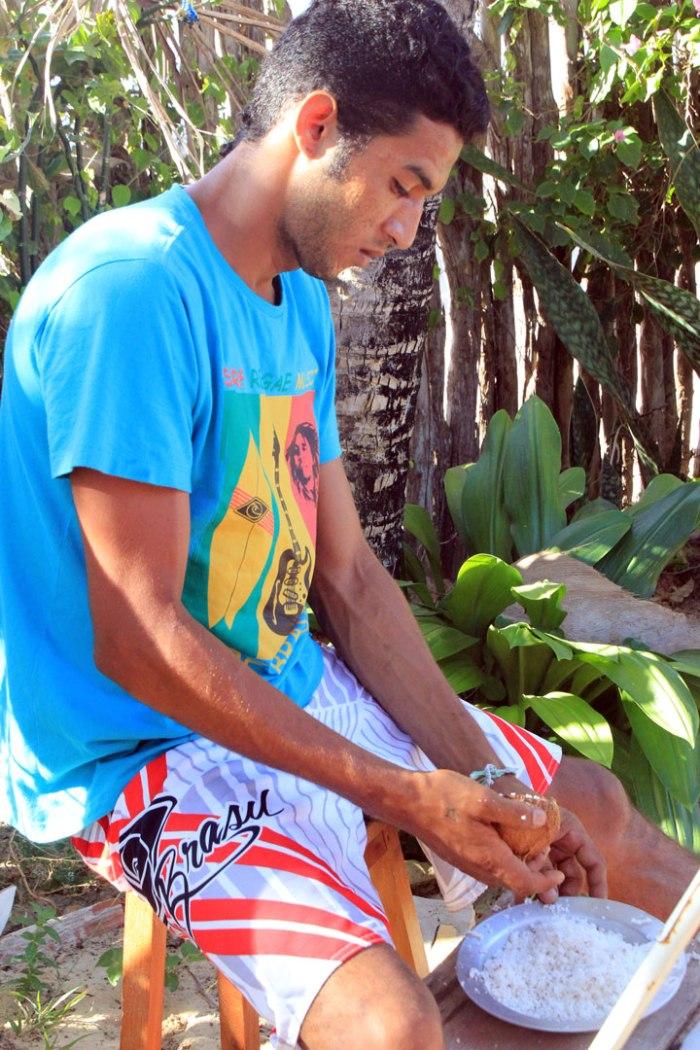 yacare-raspando-el-coco